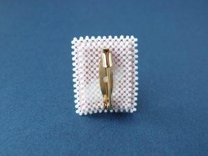 切手ブローチの金具